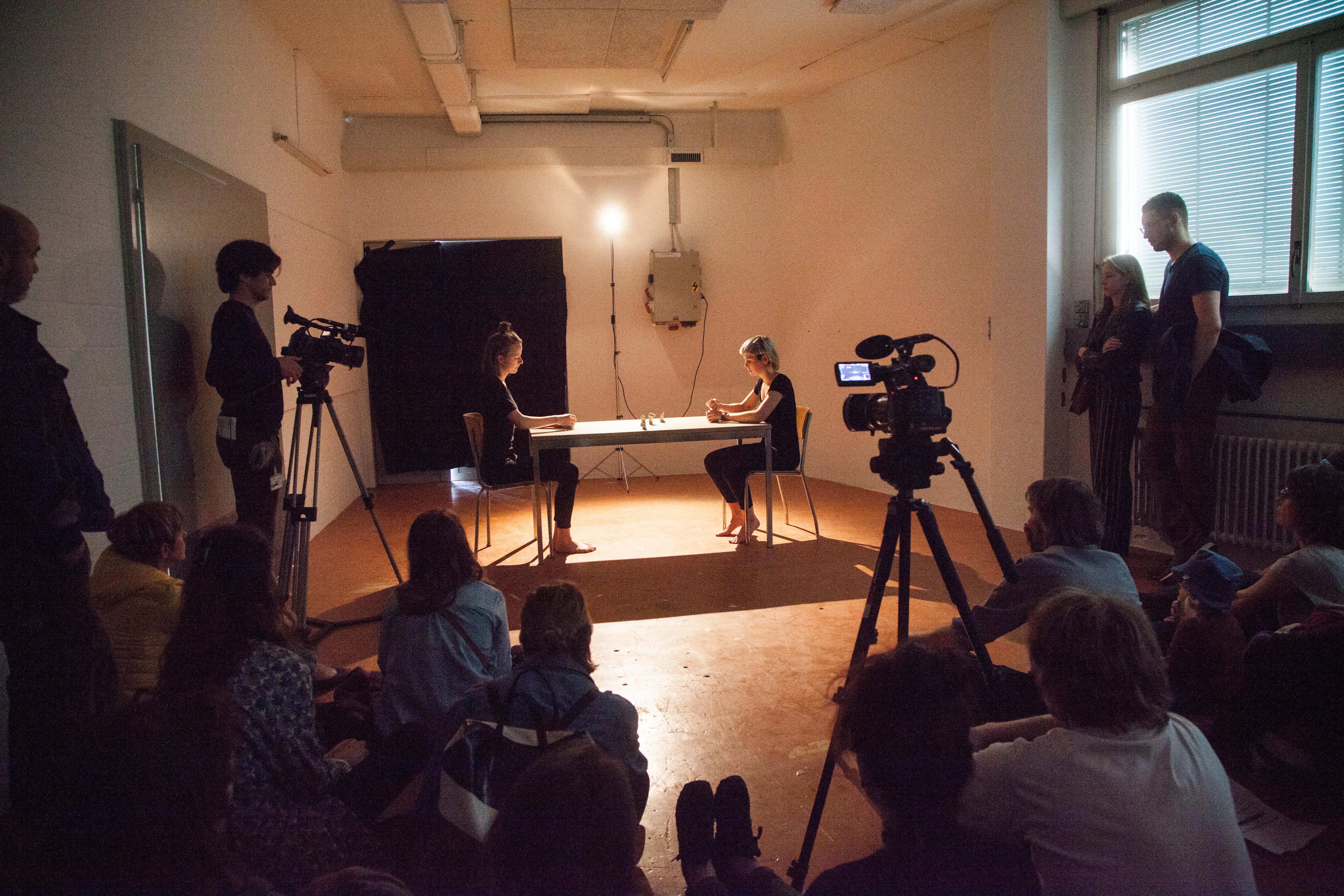 drücke, Erzählperformance, ein Tisch zwei Stühle und Ton, 10 min, 2017. Aufgeführt mit Mirjam Ayla Zürcher am ACT Bern und Luzern.  Wir sitzen am Tisch und kneten unsere Tonstücke, formen « Eindrücke ». « Er ist ein grosser Fan der Renaissance », sagst du. Stellst ein Stück Ton in die Mitte. Wie ein Figürchen – ein Eindruck. Ich höre dir zu und knete weiter. Forme Eindrücke und stelle sie in die Mitte. In der gemeinsamen Performance « Eindrücke » inszenieren Mirjam Ayla Zürcher und ich ein Gespräch über eine wichtige Figur in unseren Leben. Der Dialog erzeugt Eindrücke, die wir als Tonklumpen darstellen und in die Mitte des Tisches legen. Was am Ende von unserem Gespräch übrig bleibt, sind die Eindrücke.